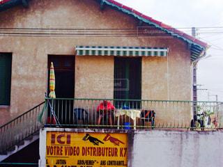 建物の側面にある記号の写真・画像素材[873052]