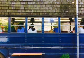 電車は建物の脇に駐車します。 - No.873738
