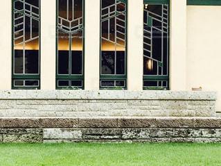 建物の前に立っている人の写真・画像素材[878282]