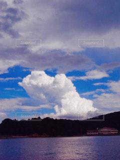 水体の空に雲の写真・画像素材[879065]