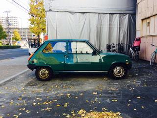 グリーン車は、道路の脇に駐車の写真・画像素材[879446]