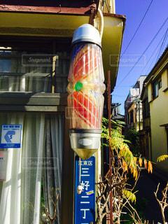 建物の側面にある記号を持つポールの写真・画像素材[901989]