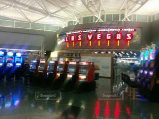 空港で荷物を待っている人々 のグループの写真・画像素材[980286]