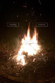 夜の焚き火の写真・画像素材[862303]
