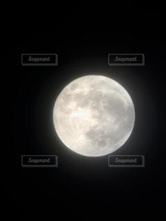 暗闇の中の光の写真・画像素材[861017]