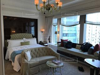 リビング ルームの家具と大きな窓いっぱいの写真・画像素材[861536]