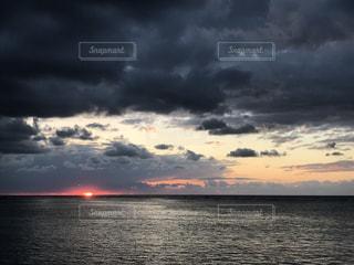 水の体に沈む夕日 - No.862028