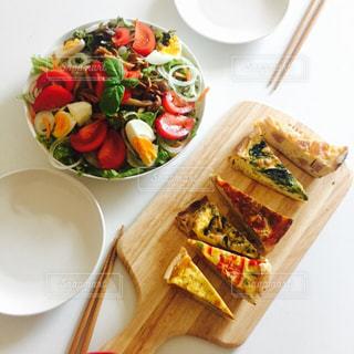 フランス家庭料理キッシュとサラダの写真・画像素材[862125]