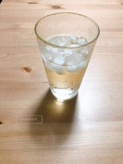 木製テーブルの上のビールのグラスの写真・画像素材[1943889]