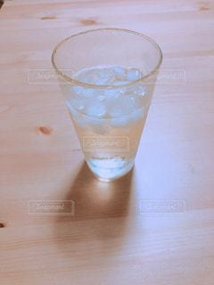 テーブルの上のビールのグラスの写真・画像素材[1943894]