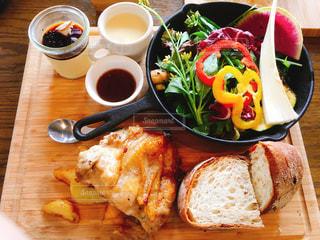 木製のテーブルの上に食べ物のプレートの写真・画像素材[1282436]