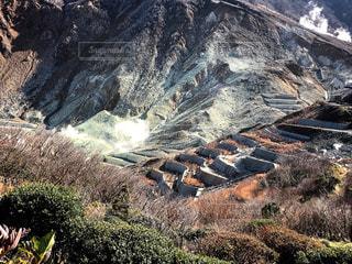 近くに岩の横にある丘の中腹のアップ - No.862397