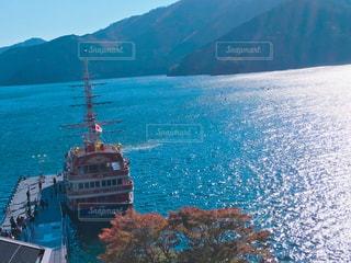 背景の山と水体の大型船の写真・画像素材[862407]