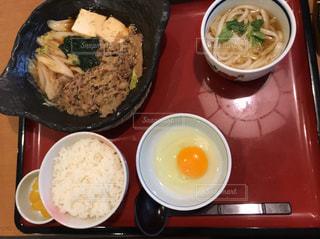 近くのテーブルの上に食べ物のプレートの写真・画像素材[1363892]