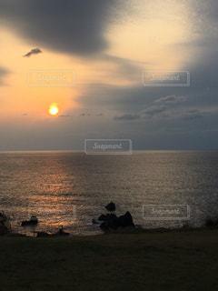 日本海の夕日の写真・画像素材[865853]