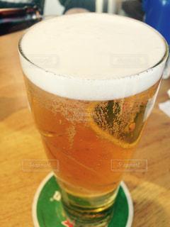 テーブルの上のビールのグラスの写真・画像素材[862796]