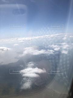 空を飛んでいる飛行機の写真・画像素材[3710723]