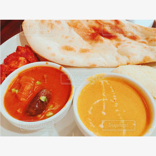 板の上に食べ物のボウルの写真・画像素材[862866]