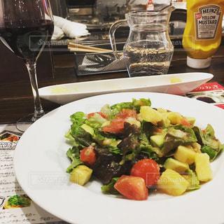 テーブルの上に食べ物のプレートの写真・画像素材[863540]