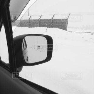 車の窓の側のビュー ミラーの写真・画像素材[898638]