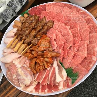 山盛りの肉の写真・画像素材[864049]