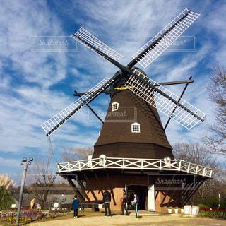 バック グラウンドでの風車の写真・画像素材[864357]