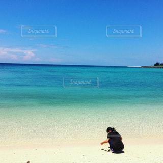 青い海と娘の写真・画像素材[873739]