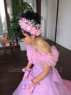 ピンクのドレスの少女の写真・画像素材[925052]