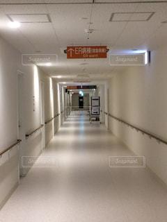 院内の長い廊下の写真・画像素材[925062]