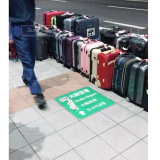 バスに乗せるトランクケースの写真・画像素材[2319678]