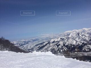 雪に覆われた山の写真・画像素材[864477]