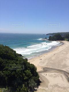 水の体の横にあるビーチの景色 - No.868099