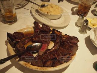 テーブルの上に食べ物のプレートの写真・画像素材[922533]