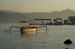 水の体の横に川に沿って浮遊船の写真・画像素材[865039]
