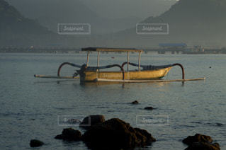 水の体の小さなボートの写真・画像素材[865040]