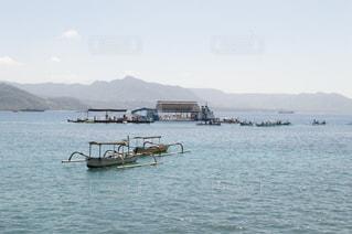 水の体の小さなボートの写真・画像素材[865041]