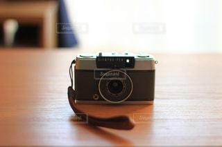 テーブルの上のフィルムカメラの写真・画像素材[865346]
