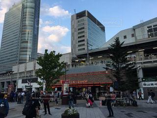 高層ビルの前を歩いて人々 のグループ - No.865172