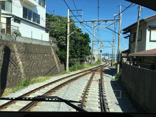 建物の近く下り列車を走行する列車を追跡します。の写真・画像素材[865523]