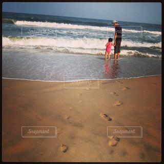 ビーチに立っている人の写真・画像素材[865587]