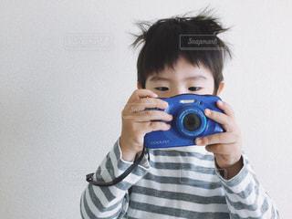 カメラを持つ男の子の写真・画像素材[1106951]