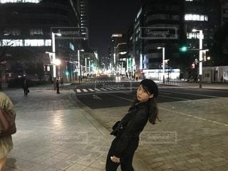 女性が通りを歩いて振り向きますの写真・画像素材[865740]