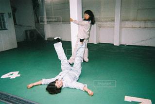 駐車場で踊る2人の写真・画像素材[865811]