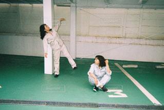 駐車場で踊る2人の写真・画像素材[865812]