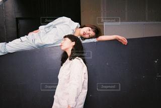 ベッドの上で眠っている人の写真・画像素材[866484]