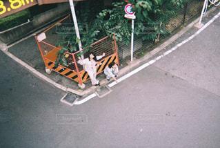 道路の側をスケート ボードに乗って男の写真・画像素材[866489]