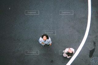 ランプの側面の下のスケート ボードに乗る男の写真・画像素材[866492]