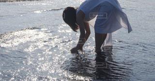 海で手を洗うの写真・画像素材[866511]
