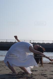 ビーチで踊る人の写真・画像素材[866516]