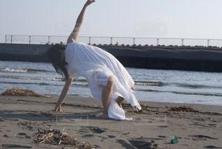 ビーチの砂の上で踊る人の写真・画像素材[866518]